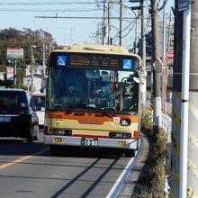 泉区岡津を走る戸塚駅発弥生台駅行神奈中バス