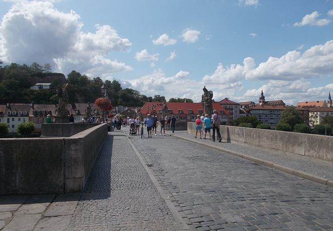 旧市街地の西を流れるマイン川にかかる橋です。
