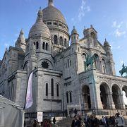 モンマルトルの象徴的建築物サクレクール寺院