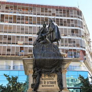 イサベル女王とコロンブスの対面の銅像があるイサベル・ラ・カトリカ広場