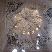 天井の彫刻がとても緻密できれい