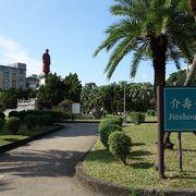 受難者記念碑や銅像などが特徴の公園