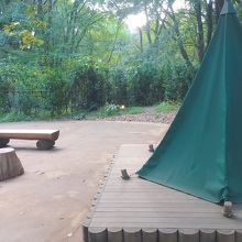奥の方のテント