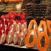 """観光客で賑わっている、市場。 St. Josepよりも、""""La Boqueria""""として有名です。"""