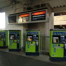 コンパスカードの自販機が並んでいます。