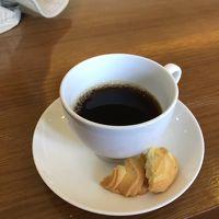 部屋の用意ができるまでラウンジでコーヒータイム