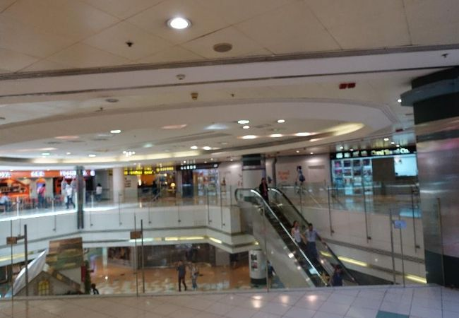 香港からマカオに行くフェリーの乗り場がある賑やかなビルです。