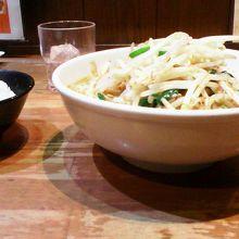 モヤシ・ニラなどの野菜たっぷり「ベトコンラーメン」