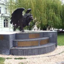 翼のライオン像