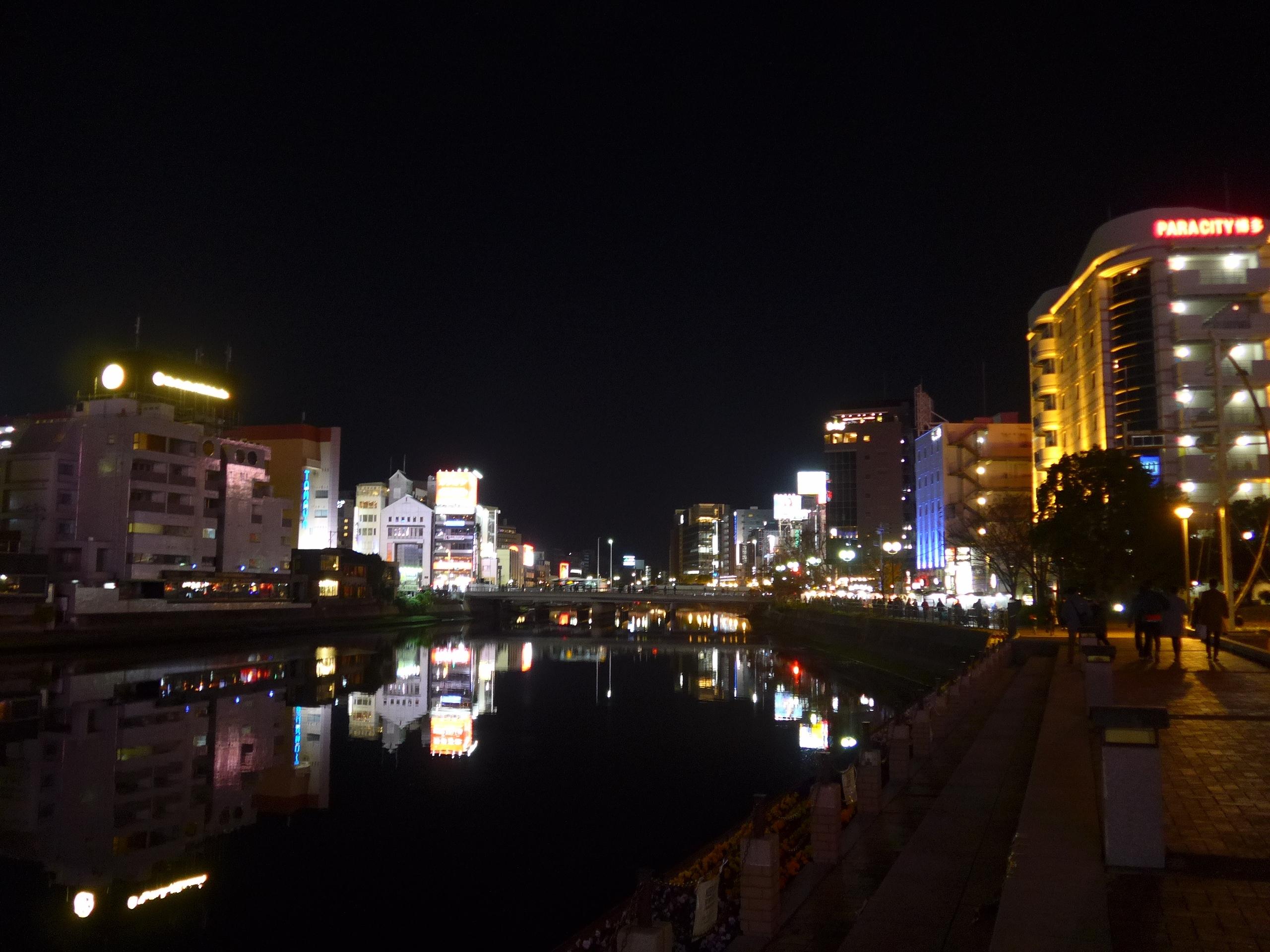 那珂川の上流側からの景色、右手の川沿いに屋台街があります