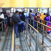 インドでは直前に発車ホームが変わったりする