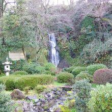 お庭の中の滝。足湯につかりながら眺められる