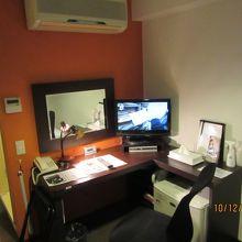 作業机とテレビ