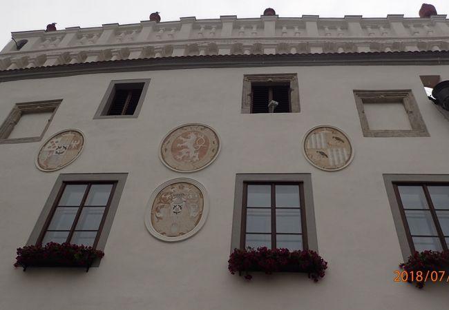 遠くから見ると四角い窓と窓の間に、丸い窓のようなものが見えます。窓ではなく、彫刻がされたものでした。