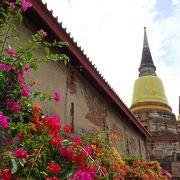 黄色の衣をまとった涅槃仏