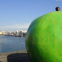 屋上に巨大なリンゴ 港景色も素晴らしい