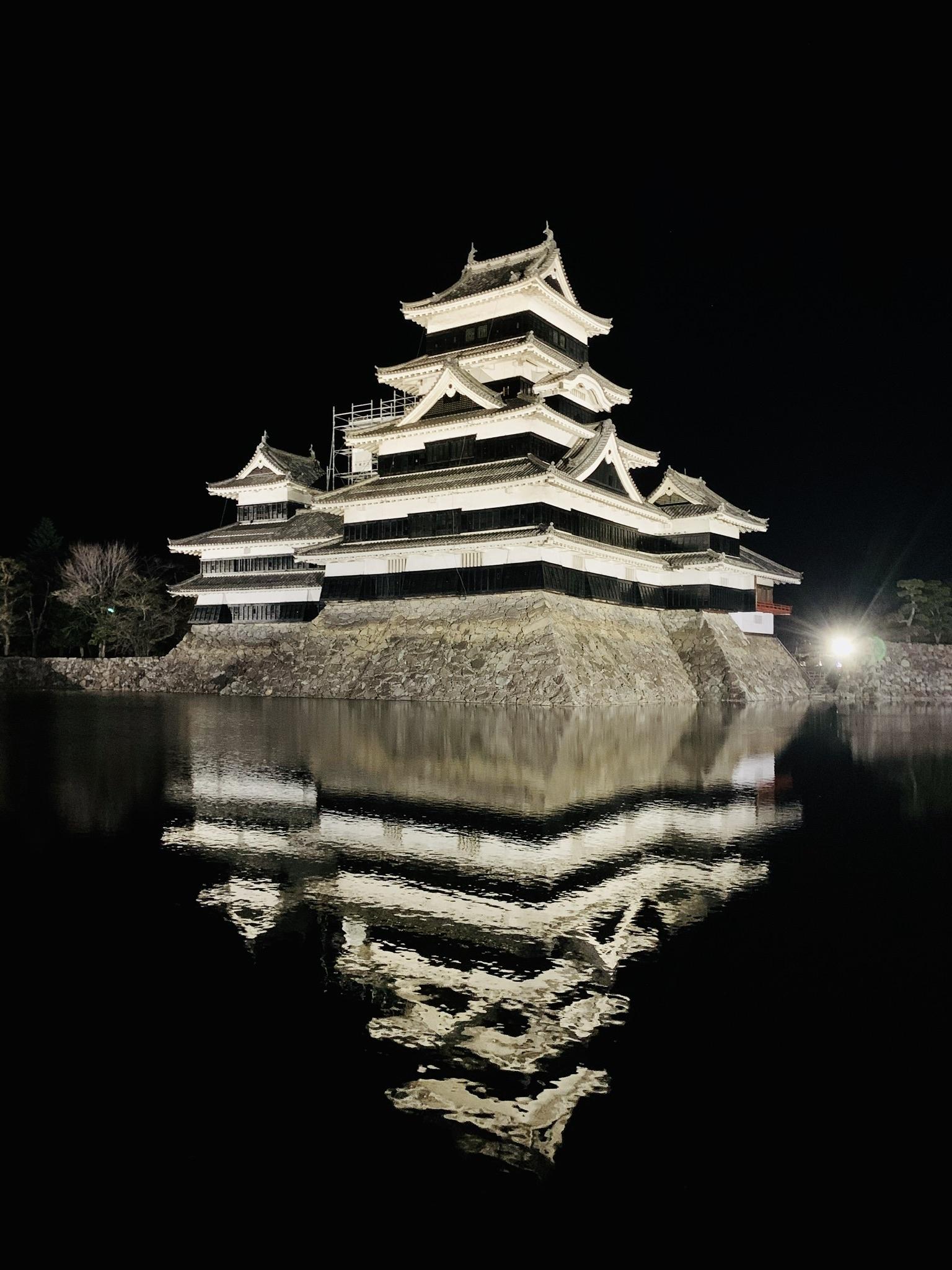 水面に映る松本城