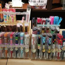 箸の専門店では文房具のように箸が並んでます