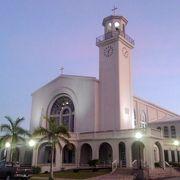 美しい白亜のカトリック教会