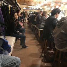 人気店だけあった店内に順番待ちの椅子が並んでいます