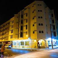 夜のホテル玄関。
