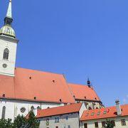 教会」でなく「大聖堂」ということもあり、格式も高く王の戴冠式が行われるなど由緒のある教会です。