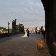 ウェディングドレスを着たカップルがそこかしこにいました。