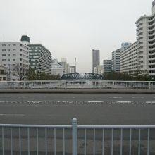 小名木川には、大きな橋が架けられ、両岸には、ビルが見られます