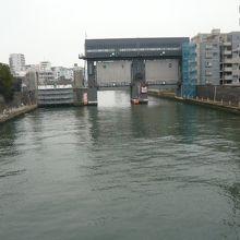 小名木川と隅田川の合流点には、大きな水門が設置されています。