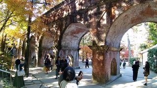 赤レンガ造りのアーチ型の建築様式で、南禅寺境内にあってひときわ目立つ存在