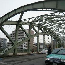萬年橋は、頑丈な鉄骨構造になっています。萬年橋の北側の様子