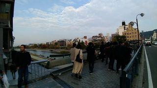 この橋の上からの鴨川の景色は必見