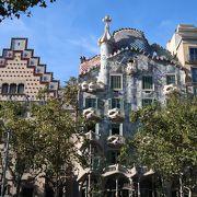 芸術的な建物が並ぶバルセロナで一番ゴージャスな通り