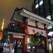 背後に東京タワーが