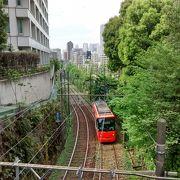 雑司ヶ谷と早稲田の間の明治通り沿いの区間は、緩やかな坂になっていて、都電荒川線がさらに美しく見えます。