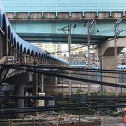駅を跨ぐ歩行者用陸橋は写真スポット。