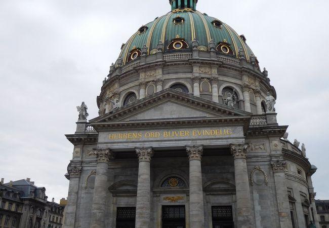 立派なドーム教会