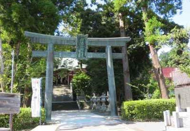 住宅街の中にひっそりとたたずむ神社