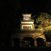 ライトアップされた神門が幻想的。