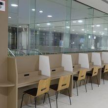 搭乗待合室ではコンセントorUSB充電が可能です。