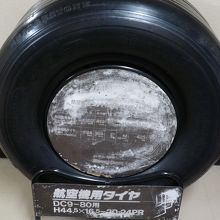 展望デッキに展示されてる飛行機のタイヤ