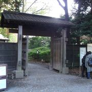正門から入るとすぐこの門がある