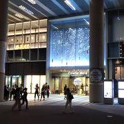 広場の左にあるショッピングビル