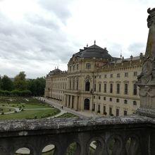 庭園の左端の高台からの眺め