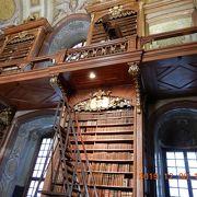 世界一美しい図書館といわれる「オーストリア国立図書館」へ・・・