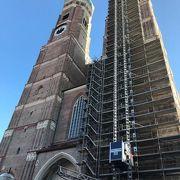 右側の塔が修理中
