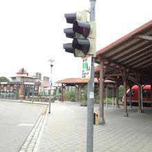 駅前ロータリーの歩道から駅のホームへ直接入れます