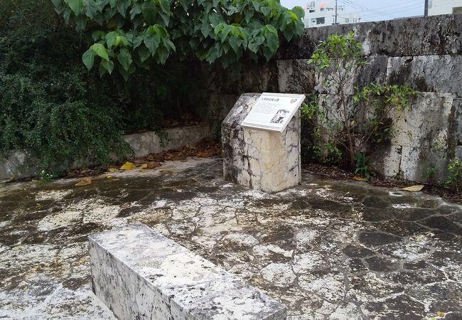 小さな石碑がバス停にあるのみ