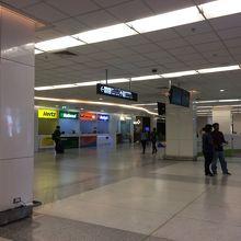 第1ターミナルと第2ターミナル間は徒歩で移動可能です