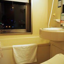 バスルームに窓があります 朝は気持ちがよいものです